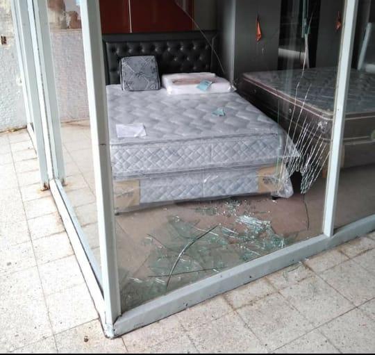 Destrozaron el vidrio de una mueblería
