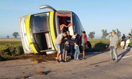 Volcó un colectivo; hay 14 heridos