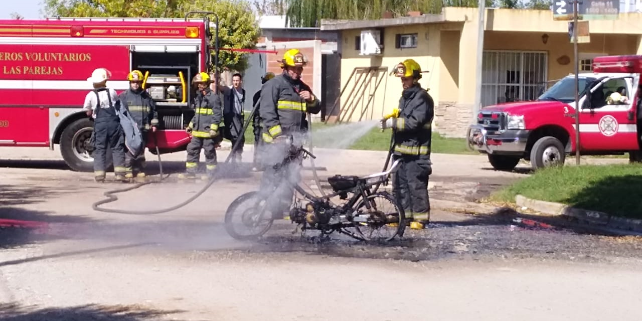 Ardió una moto