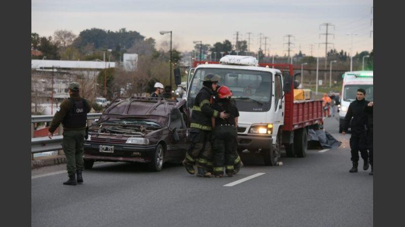 Desgracia en cadena: incendio, choque, un muerto y un hombre que cayó del puente