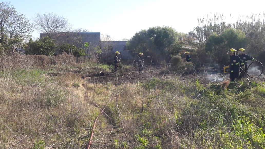 Fuego en un terreno abandonado