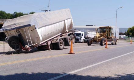 Acoplado Batea cargado con cereal se soltó del camión