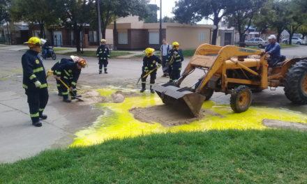 Bomberos lograron absorber pintura acumulada en una esquina de la ciudad