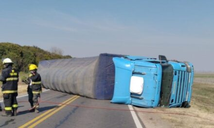 Vuelco de un camión con corte de ruta