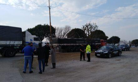 Detuvieron a camiones de carga en el ingreso a Las Parejas