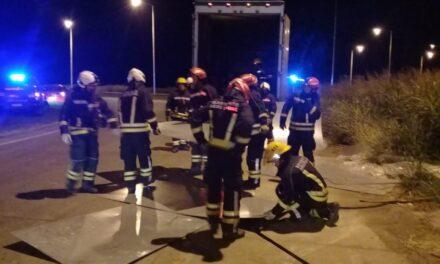 Un camión perdió su carga en la rotonda de Rutas 9 y 178