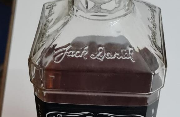 Robó whisky en un súper y se fue al área a tomarlo